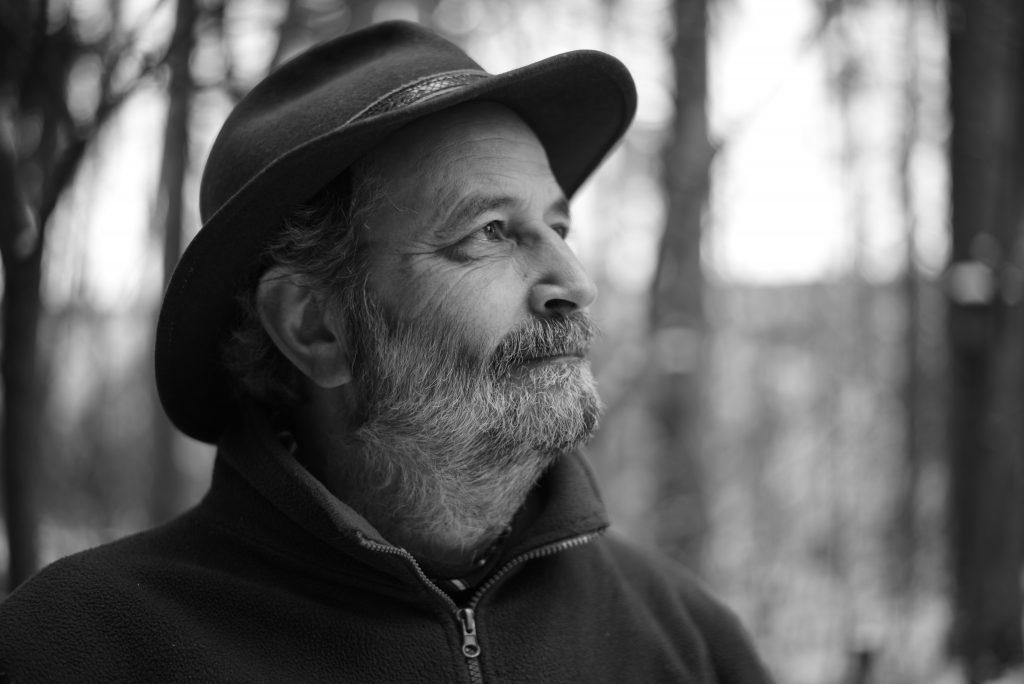Der Autor Rainer Schall blickt in den Wald